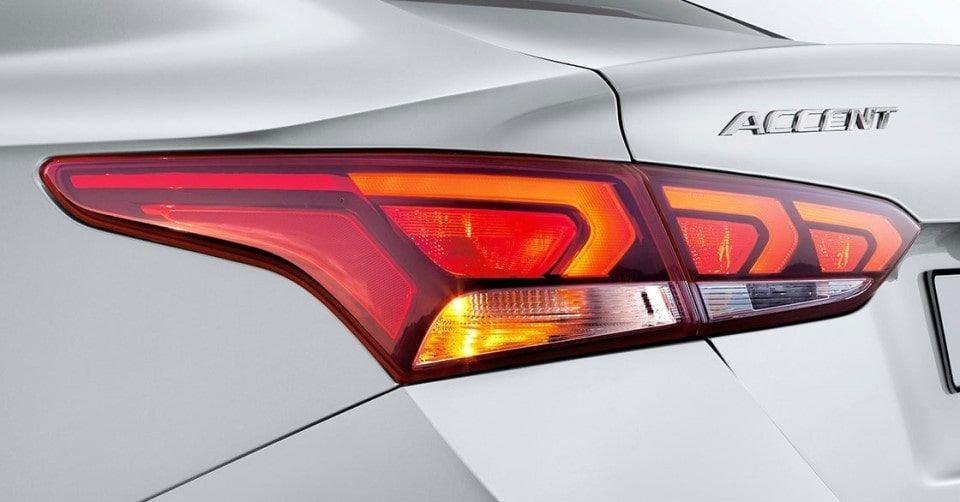 صورة تُظهر المصابيح الخلفية الحادة لسيارة هيونداي أكسنت 2022