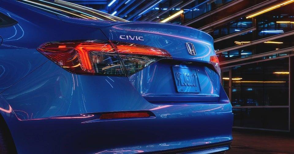 صورة يظهر فيها الجناح المدمج والمصابيح الخلفية لسيارة هوندا سيفيك 2022