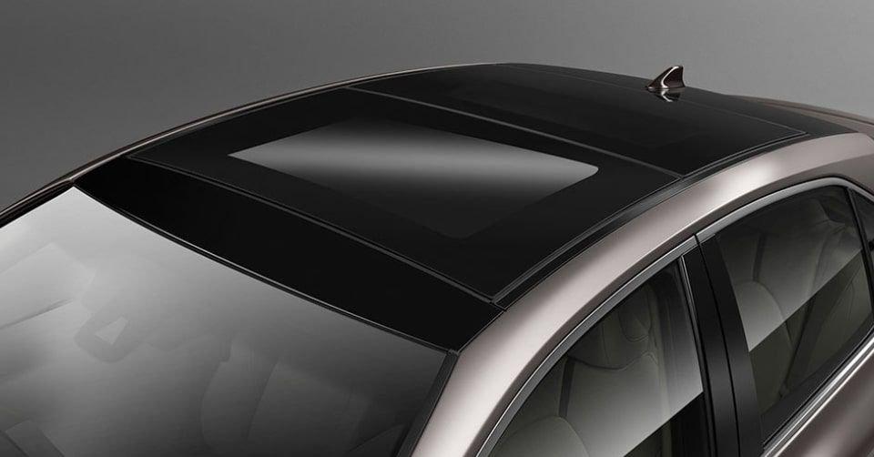 صورة السقف البانورامي لسيارة تويوتا كامري 2022