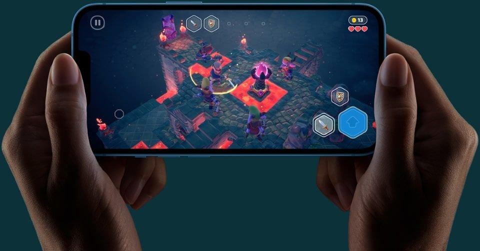 صورة لتشغيل أحد الألعاب على هاتف آبل آيفون 13