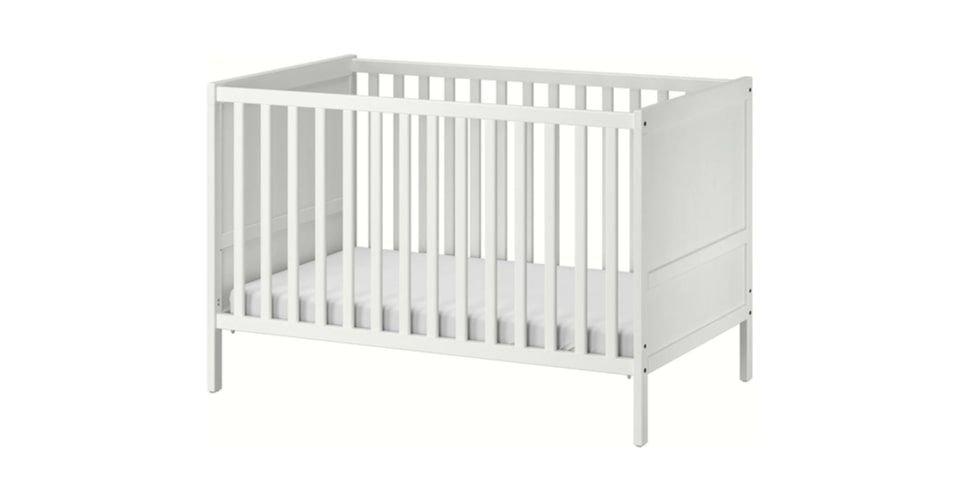 سرير أطفال قياسي