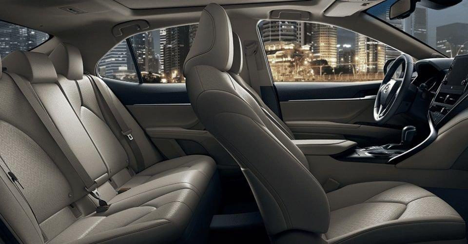 صورة الحجرة الداخلية لسيارة تويوتا كامري 2022