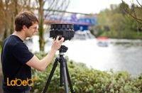 شخص يستخدم كاميرا ثلاثية الأبعاد