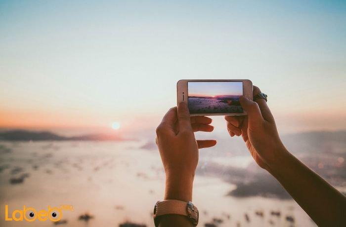 شخص يتخدم هاتف ذكي للتصوير