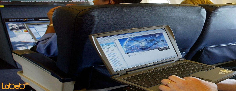 واحدة من القواعد المتعارف عليها في مختلف أماكن العالم هي انه يجب ايقاف الأجهزة الإلكترونية عند السفر بالطائرة ولكن لماذا؟