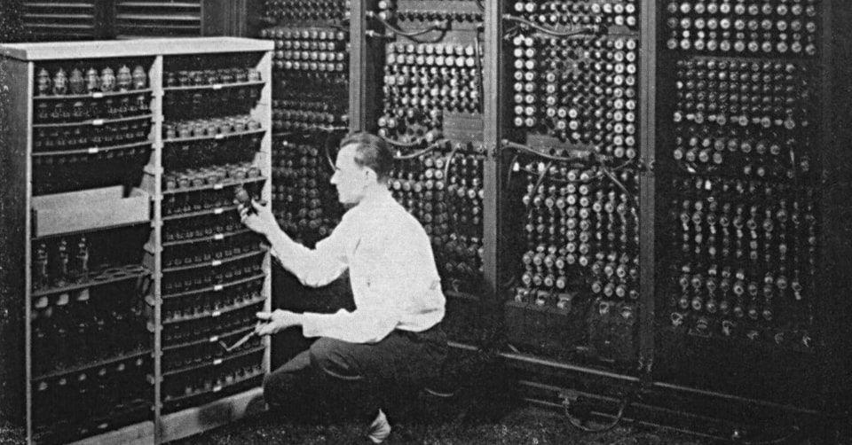 صورة يظهر فيها جزء من حاسوب (ENIAC) أثناء تبديل أحد صمماته