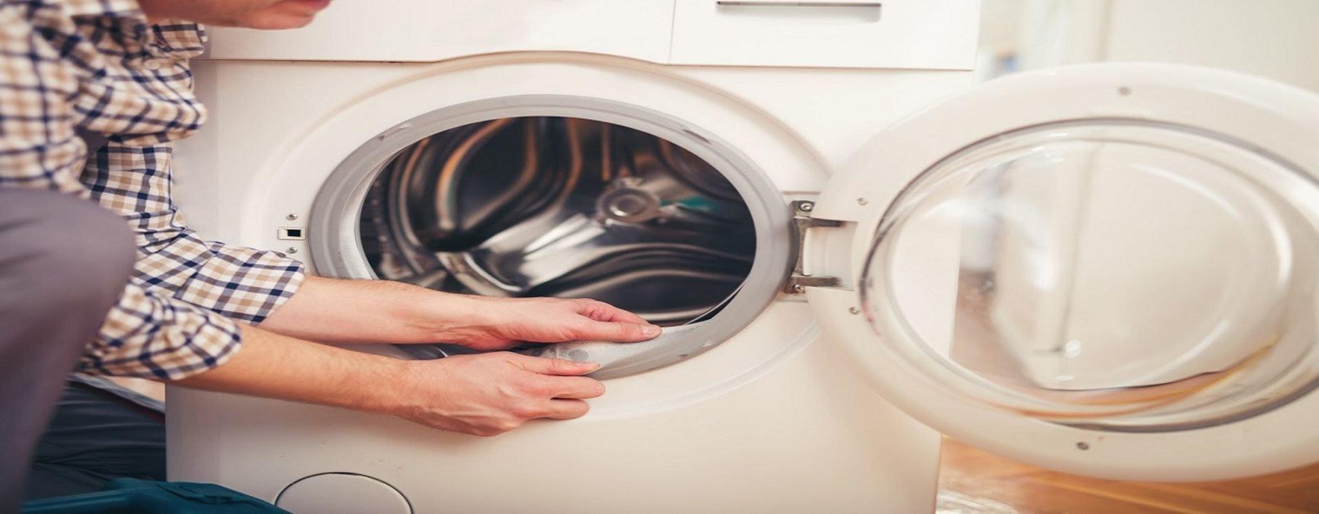 تعرفي على الطرق الصحيحة والمواد الآمنة التي يمكنك استخدامها لتنظيف غسالة الملابس في المنزل