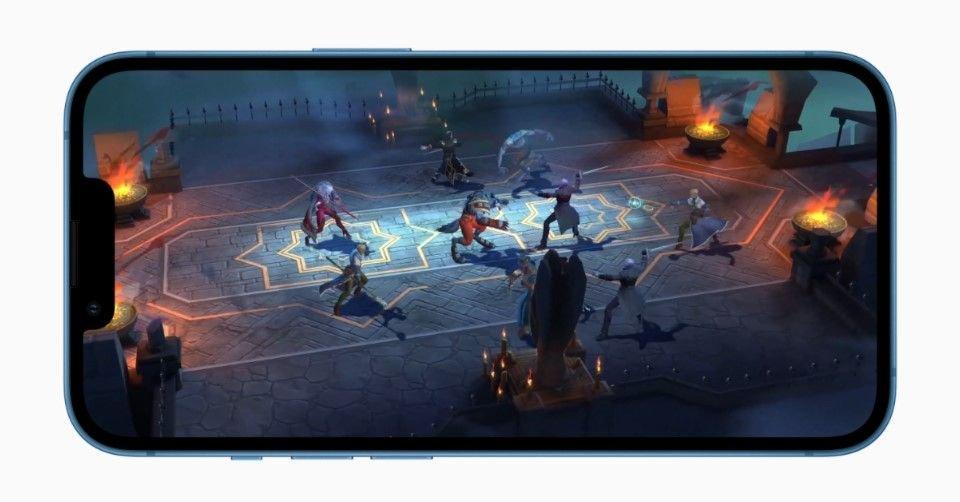 صورة لتشغيل أحد الألعاب على هاتف آيفون 13 ميني