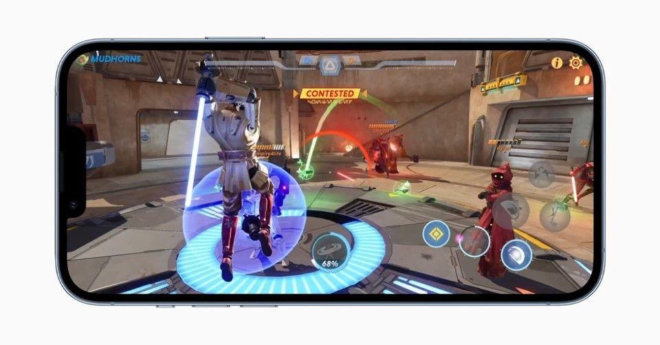 صورة توضح تجربة أحد الألعاب على هاتف آيفون 13 برو