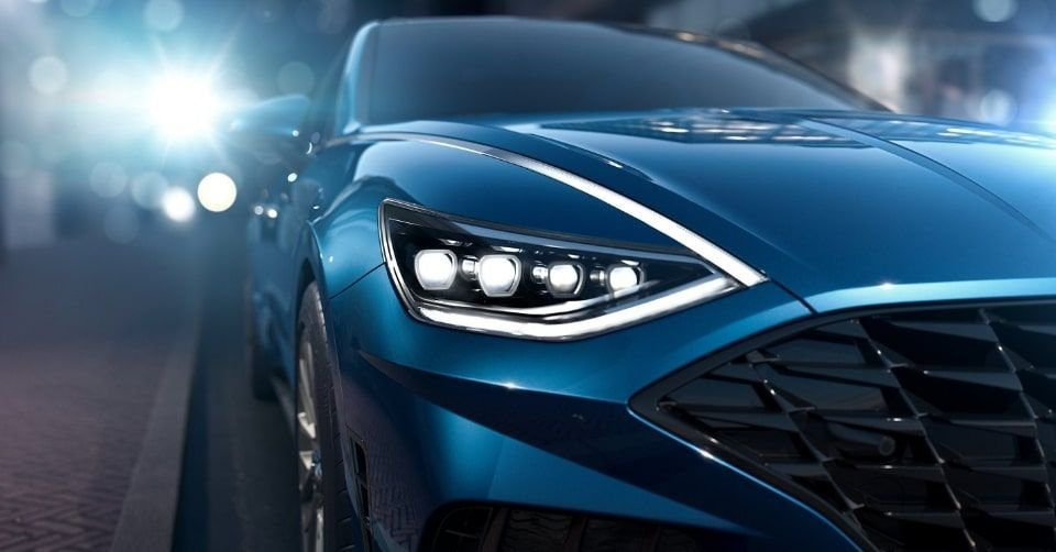 صورة المصابيح الأمامية لسيارة هيونداي سوناتا 2022