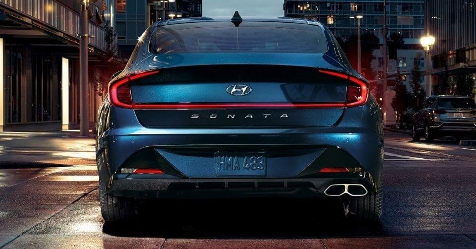 صورة المصابيح الخلفية وشريط الإضاءة لسيارة هيونداي سوناتا 2022