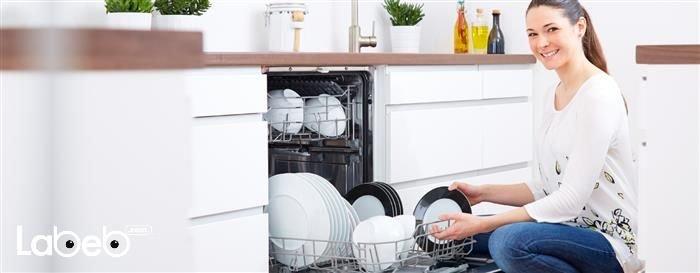 تختلف تسميات جلّاية الصحون في الدول العربية، إلّا أن التسميات الأكثر شيوعاً هي جلّاية الصحون وغسّالة الأطباق.