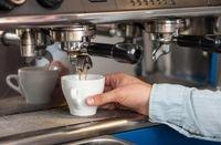 يعتبر شرب القهوة من التقاليد الصباحية والاجتماعية الرائجة على الرغم من اختلاف طريقة إعدادها وتحميصها من بلد لآخر حول العالم.