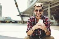 عند توفر الرغبة بشراء سماعات لهاتفك الذكي، احذر الأنواع المقلدة، فسماعات الهواتف من أكثر السلع التي يتم بيع نسخ مزورة منها.