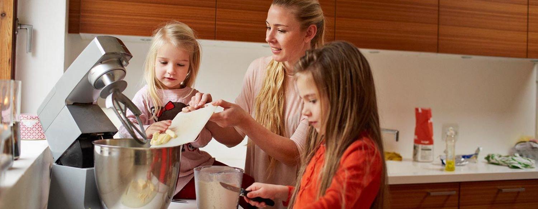 تنقسم العجّانات بشكل عام إلى قسمين رئيسين؛ العجّانات اليدوية والعجّانات العادية التي توضع على المنضدة.
