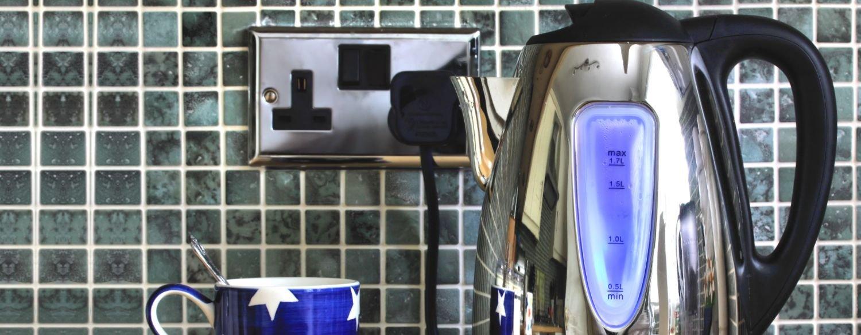 اتسعت رقعة استخدام غلاية الماء الكهربائية في الآونة الأخيرة نظراً لكفاءتها وسرعتها في تسخين وغلي الماء