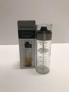 """שייקר להכנת רטבים 400 מ""""ל תוצרת חברת Arcosteel, גופו עשוי מזכוכית בעל עמידות גבוהה ומשפך סיליקון למזיגה נוחה ונקייה."""