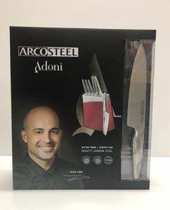 סט 7 חלקים תוצרת חברת Arcosteel מהדורת Adoni, מכיל 6 סכיני מאיר אדוני מקצועיים ומעמד סכינים בעיצוב מודרני ומיוחד.