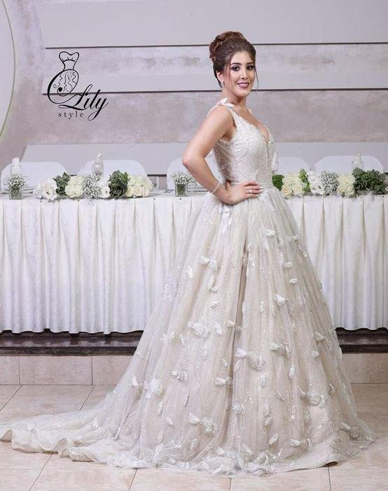 فستان زفاف مكشوف الظهر