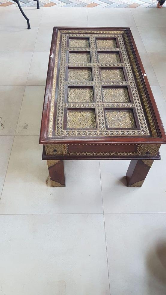 שולחן סלון מעץ מעוטר נחושת