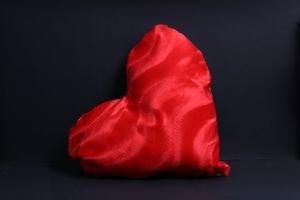 """כרית איכותית עם הדפסת תמונה בצורת לב גדול 45*35 ס""""מ צד סאטן וצד פרווה!"""