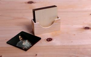 4 תחתיות כוס עץ טבעי עם מעמד מעץ עם הדפסת תמונה על כל תחתית.