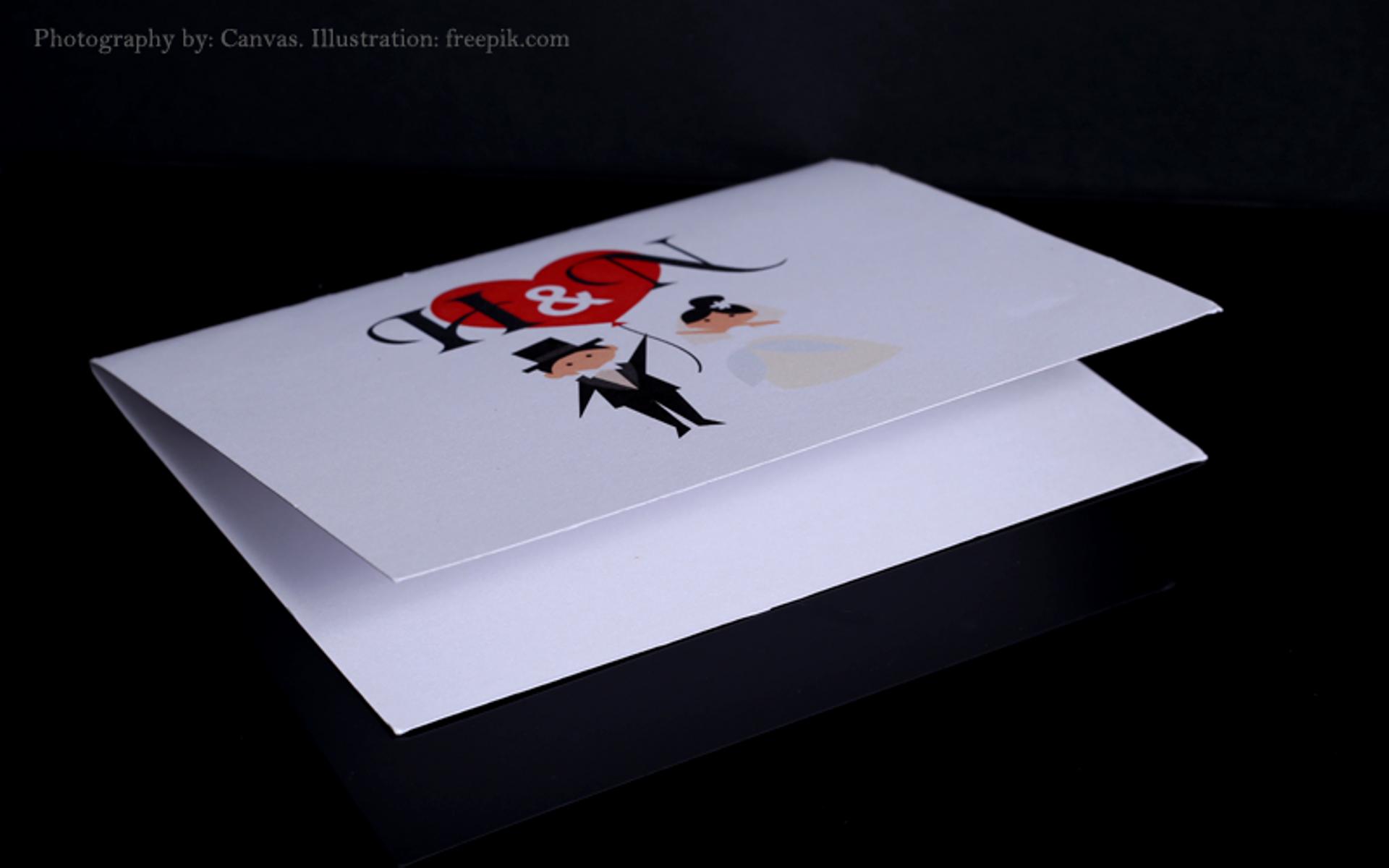 """=הזמנות לאירועים הדפסה צבעונית דו""""צ, נייר פנינה לבן/כסוף עם קיפול."""