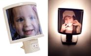 מנורת לילה עם תמונה מוארת מאחורה..