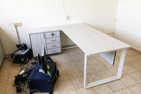 שולחן משרדי ''פנינה'' רגלי מתכת מסגרת עם שלוחת מנהל