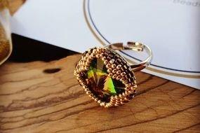 טבעת מצופה זהב מעוטרת בחרוזים