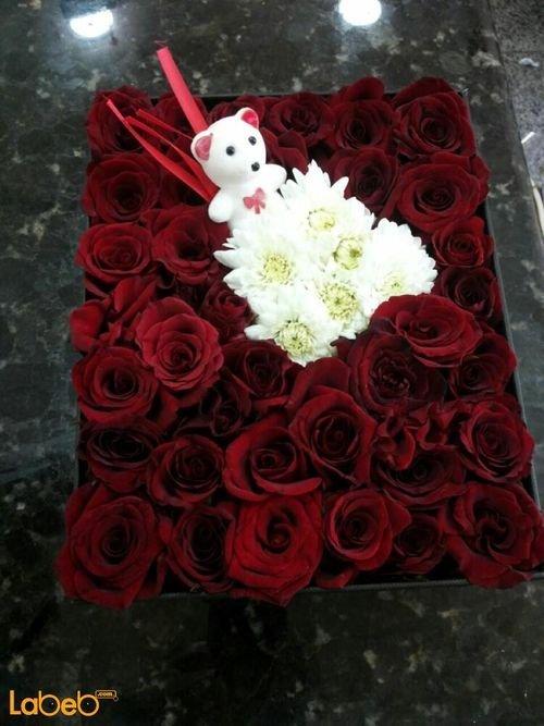 صندوق أزهار لون احمر وكريز بالوسط واكسسوار ابيض