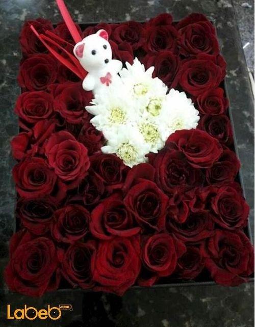 صندوق أزهار لون احمر كريز بالوسط واكسسوار ابيض
