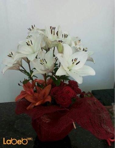 تنسيقة زهور - زهرة ليليوم - ورد جوري احمر - مع قاعدة زجاج