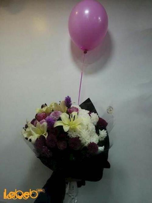 ضمة زهور مكونة من زهرة الليليوم وزهرة الكريز مع بالون وردي