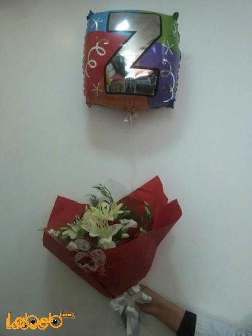 ضمة زهور مكونة من زهرة الليليوم وزهرة الكريز مع بالون هيليوم حرف Z
