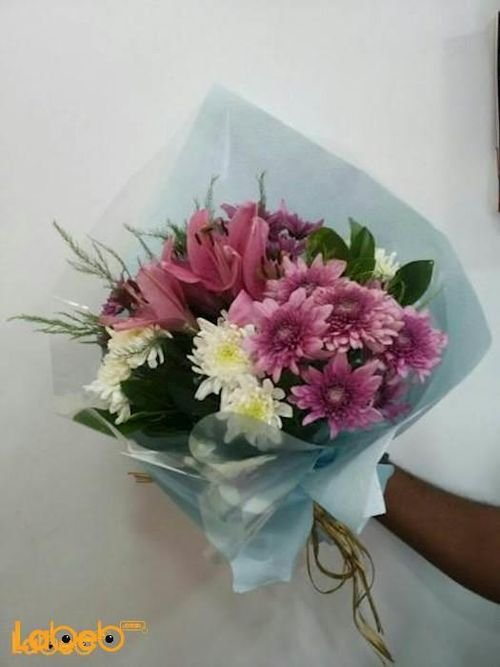 ضمة زهور مكونة من زهرة الليليوم وزهرة الكريز
