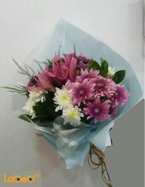 ضمة زهور مكونة من زهرة الليليوم وزهرة الكريز أبيض وردي وبنفسجي