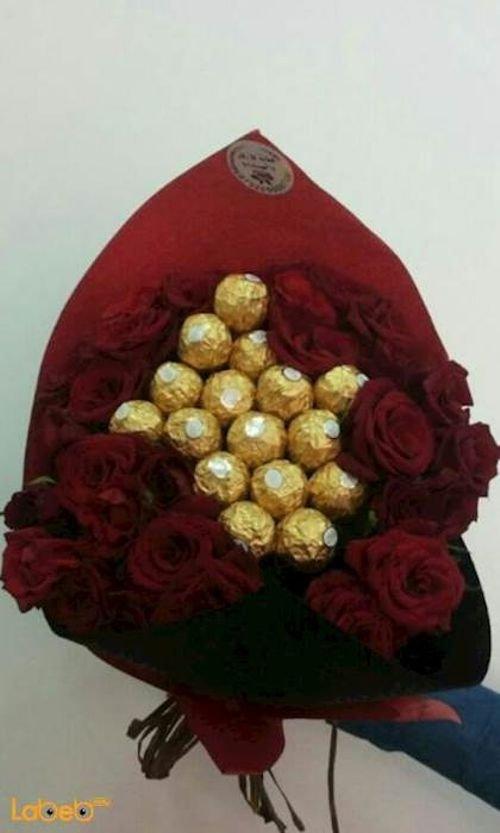 ضمة زهور مكونة من ورد جوري احمر مع شوكلاتة فيريرو روشيه