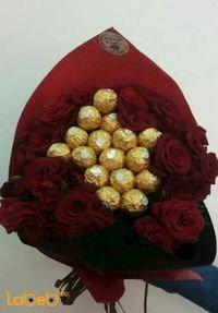 ضمة زهور مكونة من ورد جوري احمر وشوكلاتة فيريرو روشيه