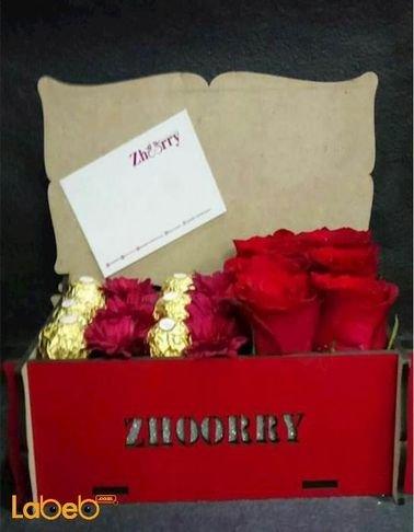 صندوق زهور - مصمم من الورد الجوري وشوكلاتة فيريرو روشيه