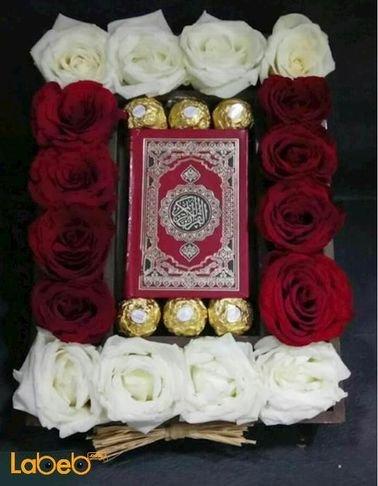 صندوق زهور - ورد جوري ابيض واحمر - شوكلاتة فيريرو روشيه ومصحف