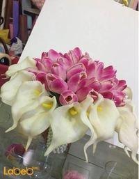 مسكة عروس من ورد اصطناعي لون أبيض وزهري وخرز فضي