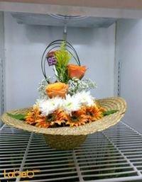 سلة ورود طبيعة واصطناعية سلة بشكل قبعة الوان برتقالي وأبيض