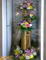 قاعدة خشبية مع ورود طبيعية ملونة زهري أصفر أبيض أحمر