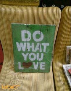 حائط خشبي - لون أخضر - مع كتابة جملة DO WHAT YOU LOVE - لون أبيض