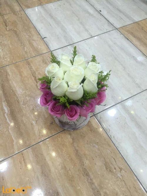 بوكيه ورد طبيعي أبيض وزهري مزهرية مع رسمة