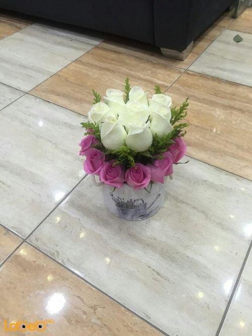 بوكيه ورد طبيعي ألوان أبيض وزهري مزهرية مع رسمة إبريق