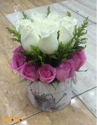 بوكيه ورد طبيعي ألوان أبيض وزهري مزهرية مع رسمة