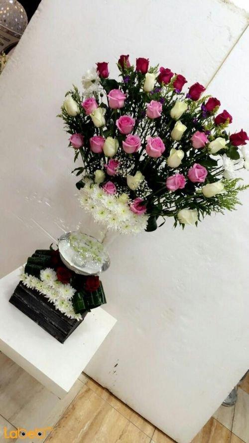 مزهرية وفازة مع صندوق خشبي ورد طبيعي ورد لون احمر ابيض وزهري
