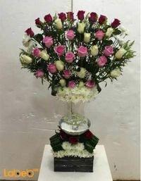 مزهرية مع صندوق خشبي ورد طبيعي ورد احمر ابيض وزهري